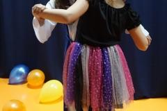 Taniec na gazecie w wykonaniu Wiki i Karolinki.
