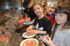 Ale będzie pyszna pizza - Karinka i Laura.