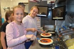 Dobry humor to jeden ze składników pizzy - Oliwia i Hania.