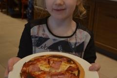 Weronika zrobiła pizzę z szynką.