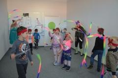 Taniec ze wstążkami do gimnastyki artystycznej jest dla wszystkich Dzieci atrakcją.