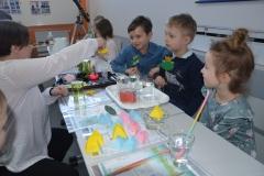 Pani Agata objaśnia eksperyment.