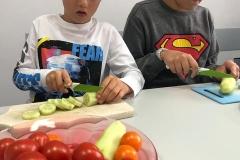 Warzywna sałatka -kroją Michał i Igor.