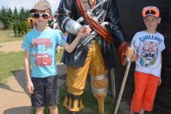 Chłopcy wcale nie boją się pirata.