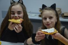 Kotki lubią pizzę.