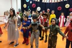 Wśród tańczących jest też ... Superman Mikołaj.