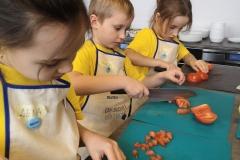 Lena, Ruben i Laura kroją Tomaten.