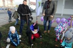 Pan Brończyk pomaga córce Karolince.