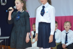 Występ uczennic klas 4a Hani i Wiktorii.