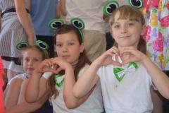 Dziewczynki mają serce do śpiewania.