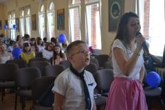 W przerwie Krzyś i inne dzieci śpiewały  piosenki karaoke w języku niemieckim.