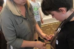 Pani Ola pomaga Michałowi zawiązać fartuch.