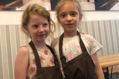 Małe piekareczki - Weronika i Zuzia.