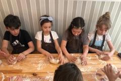 Wszyscy mocno zajęci przy pracy: Michał, Karina, Nela, Ola - klasa 2a.
