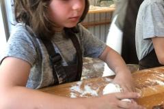 Wiktor szykuje swój chleb.