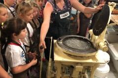 Oglądanie starych maszyn piekarskich.