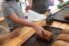Wiktor zabiera swój upieczony chleb do domu.