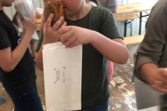 Jak on ślicznie pachnie - to mój chlebuś -  mówi Kuba.