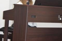 Karinka przy pianinie.