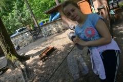 Oliwia poprosiła o zdjęcie z maleńką świnką w tle.