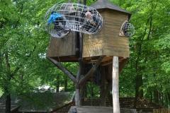 Na placu zabaw były fajne domki na drzewie.