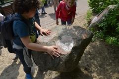 Karol obraca ciężki kamień.