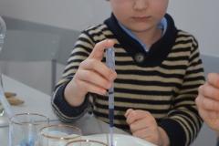 Fachowe posługiwanie się pincetą laboratoryjną.