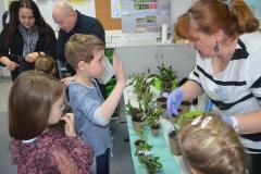 Każde dziecko dostało roślinkę do domu.