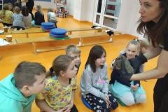 Pani Marzena opowiada o jeżach klasom 4 i 5.