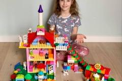 Laura z kl. 2a przedstawia projekt swojego domku.