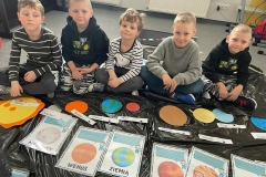 Najmłodsi w naszej szkole też uczą się  o planetach - kl. 0a.
