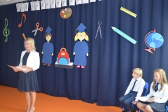 Pani Dyrektor Maria Karbowiak wita uczniów szkoły LEGATO.