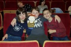 Przyjaciele z klasy 3a Wiktor, Kuba i Leon zabrali Czarka do teatru.