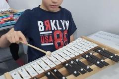 Wiktor bardzo lubi lekcje muzyki.