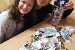 Wika i Mama liczą pieniądze.