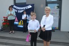 Mikołaj Muras uczeń kl. 3a wraz z p. Dyrektor Marią Karbowiak,